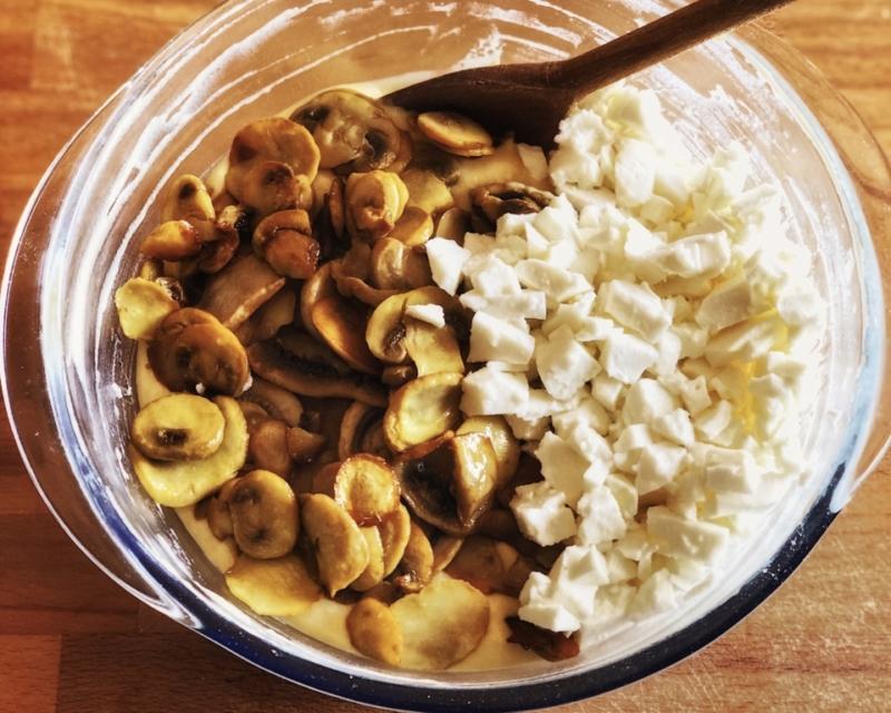 poi unite i funghi intiepiditi e il formaggio e amalgamateli all'impasto