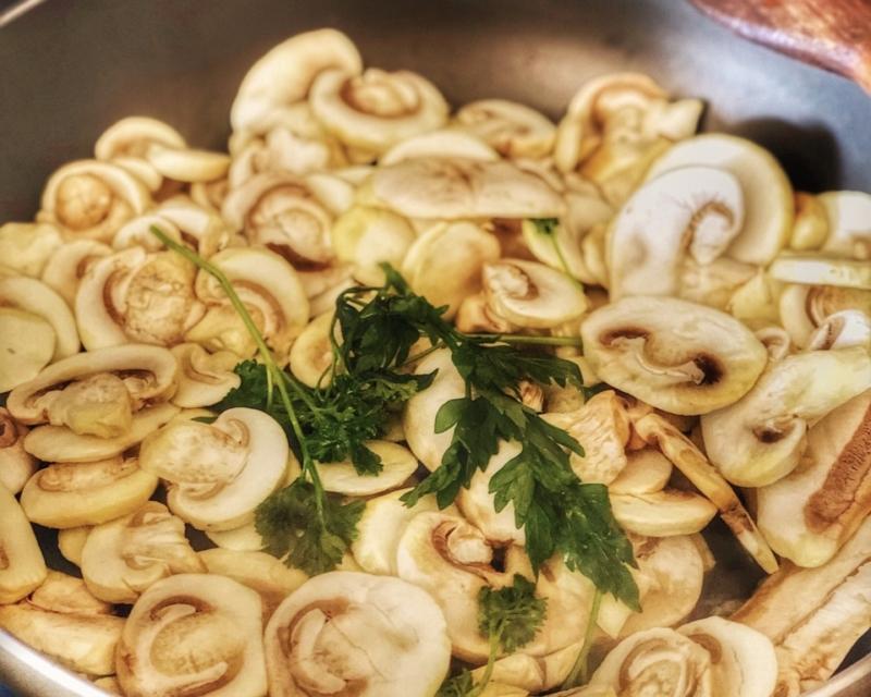 In una padella con olio, uno spicchio d'aglio e il prezzemolo, trifolare i funghi