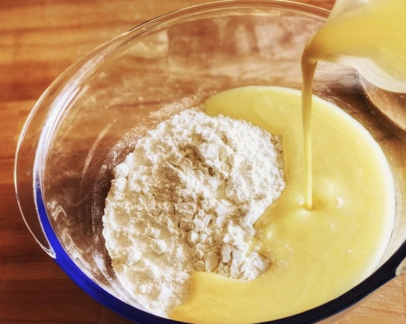 Unite il composto liquido nella ciotola con le polveri