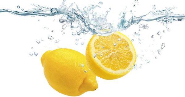 Acqua e limone: falsi miti, benefici e uno speciale preparato naturale